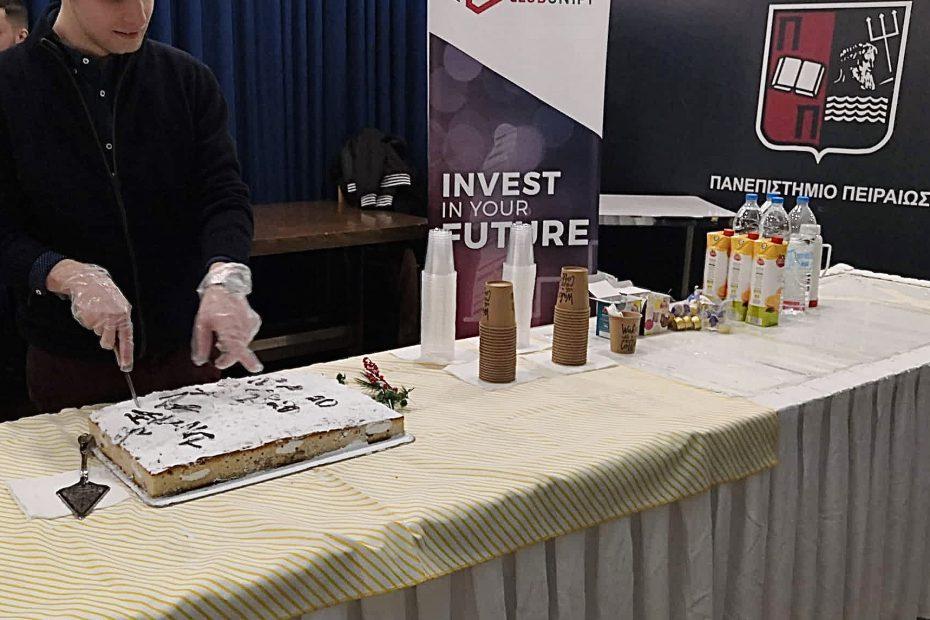 Ο πρόεδρος του Finance Club UniPi κόβει την πίτα μας
